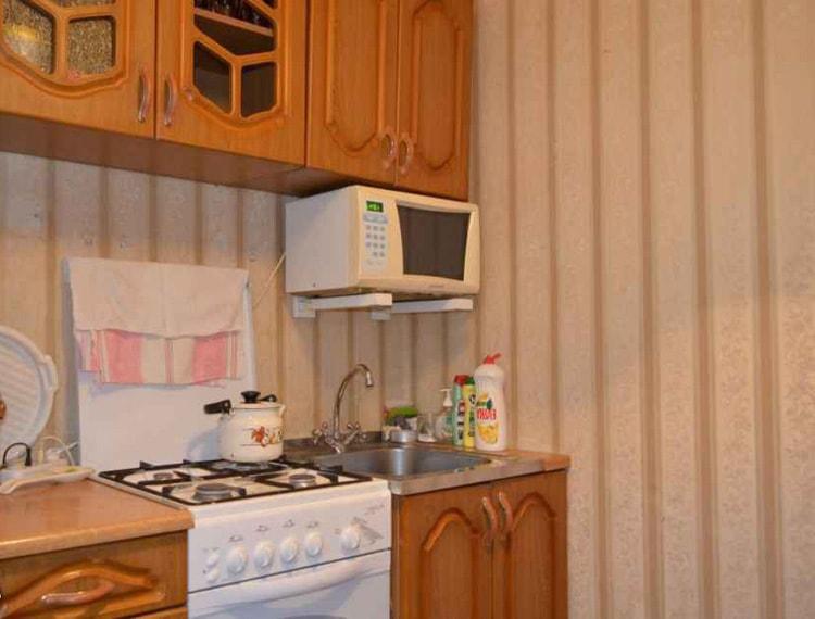 Обои с вертикальными полосами на кухне