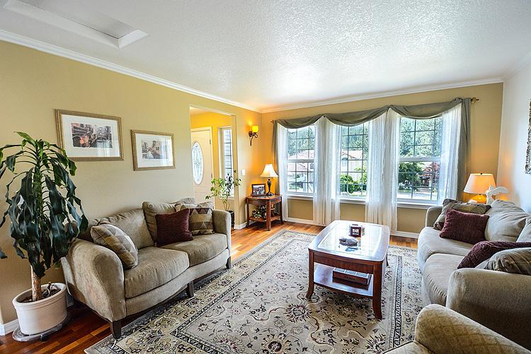 Отделка стен в гостиной: наиболее популярные варианты, фото