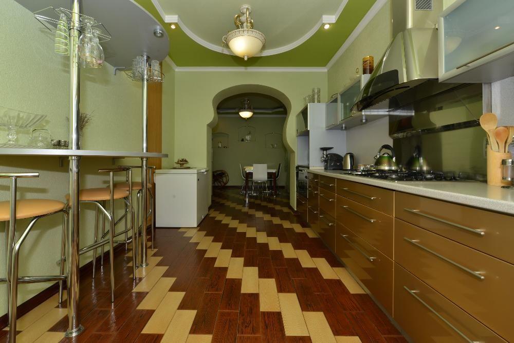 Отделка стен на кухне обоями