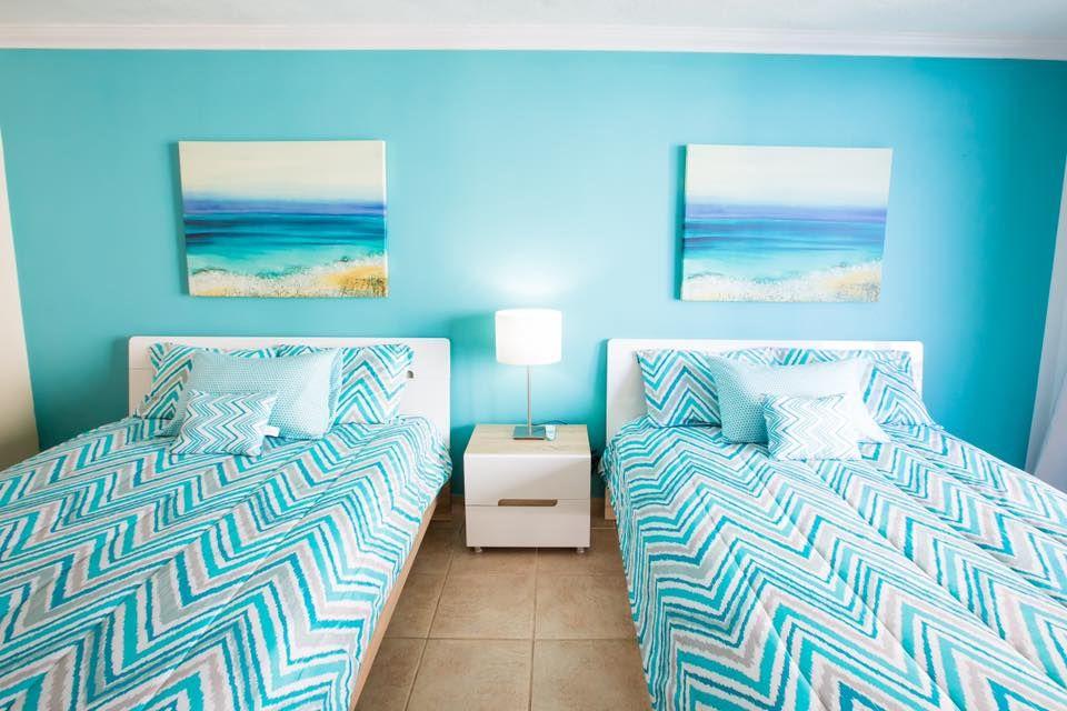 Голубого цвета спальня