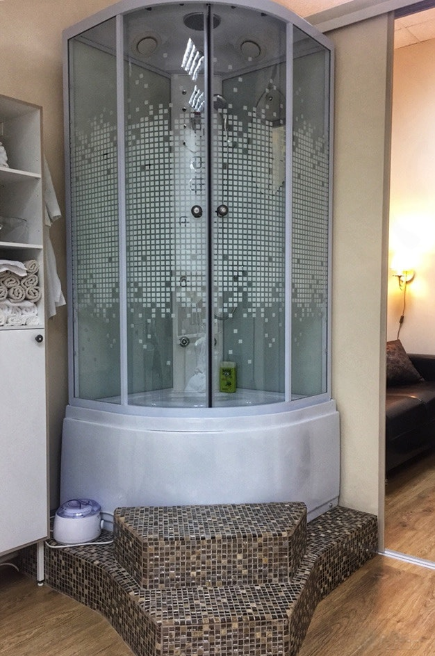 Угловая душевая кабина в ванной