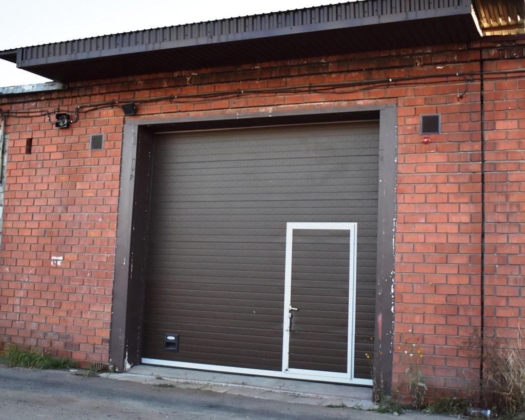 Секционные ворота с дверью