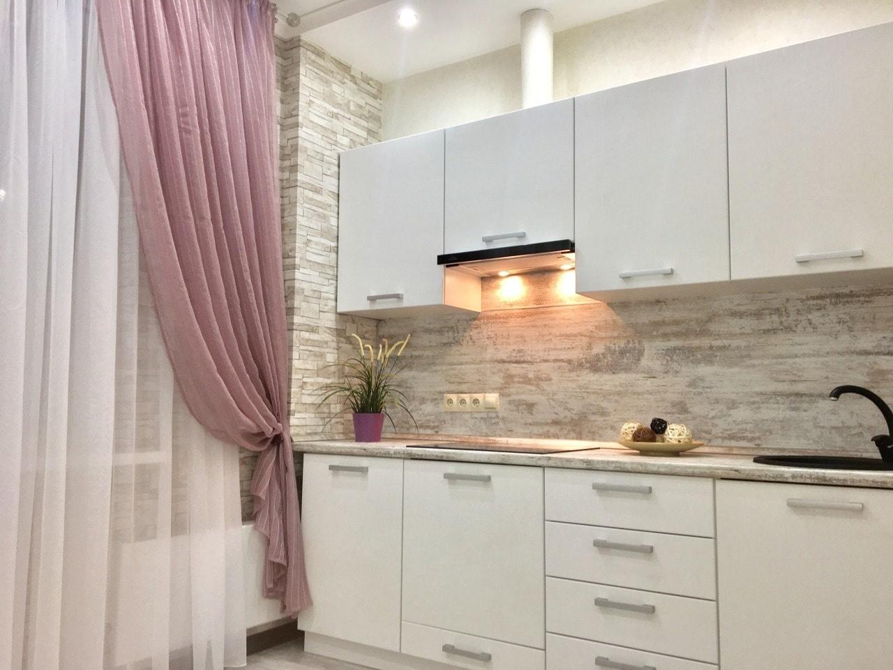 Декоративный камень на стенах кухни