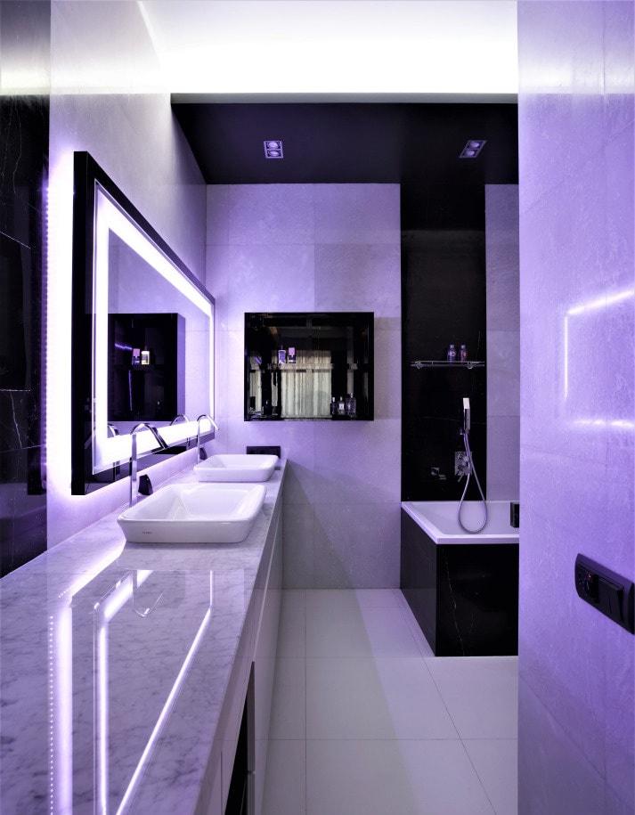 Фиолетовая подсветка у зеркала