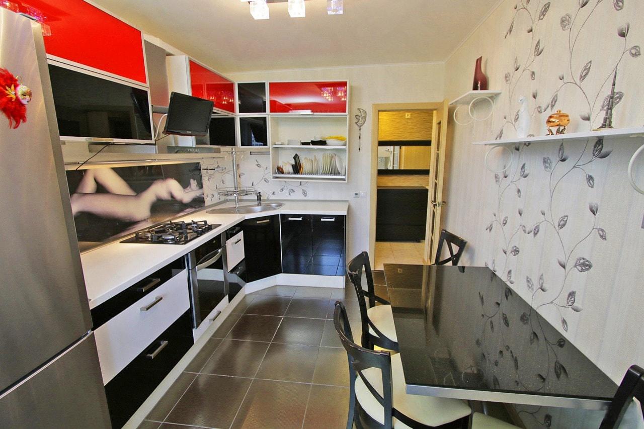 Виниловые обои на стенах кухни