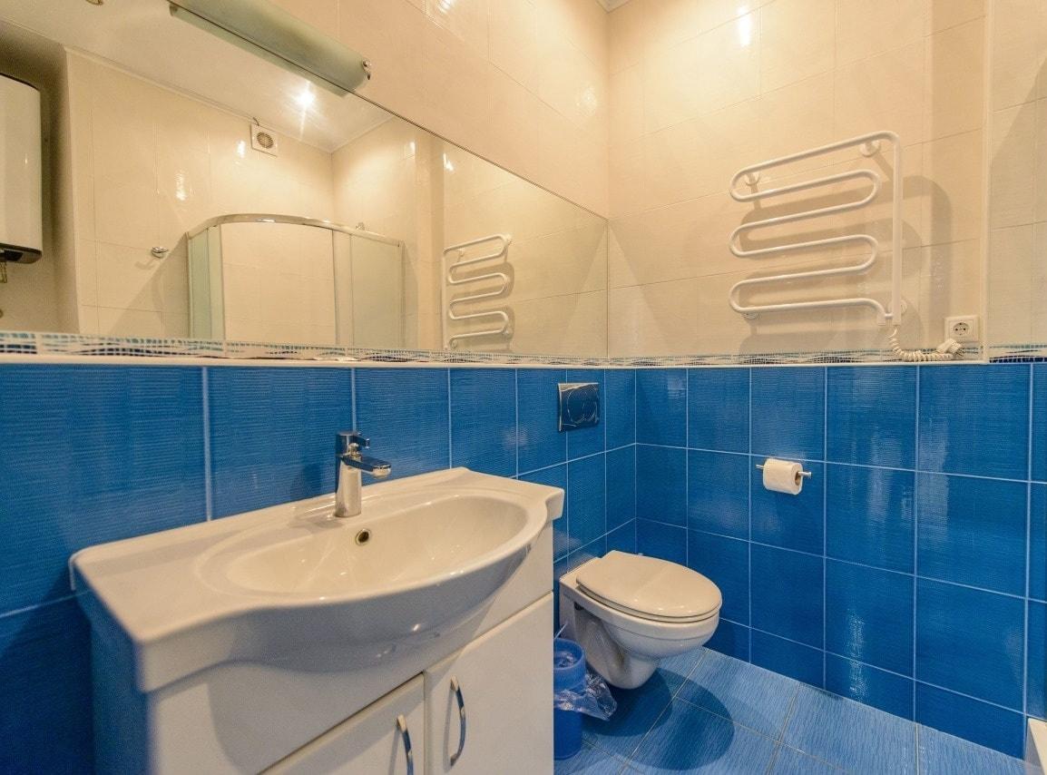 Горизонтальное зеркало в ванную