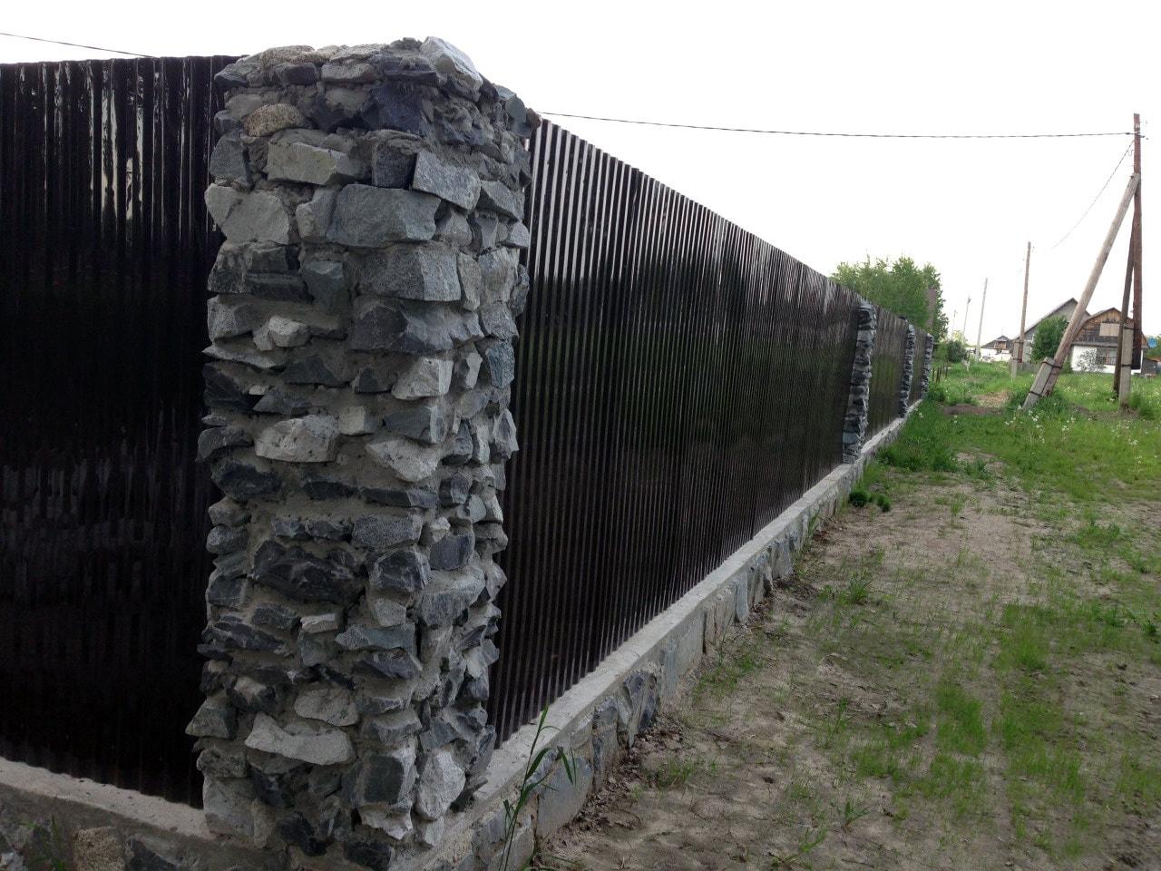 Комбинированный забор из камня