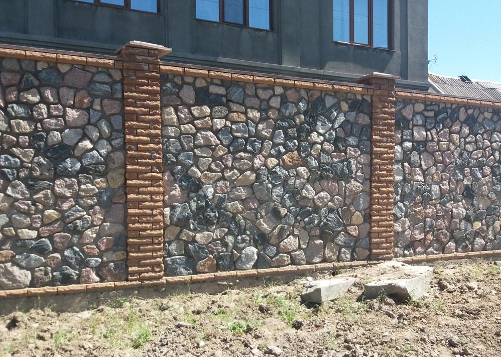 Каменный забор из булыжника