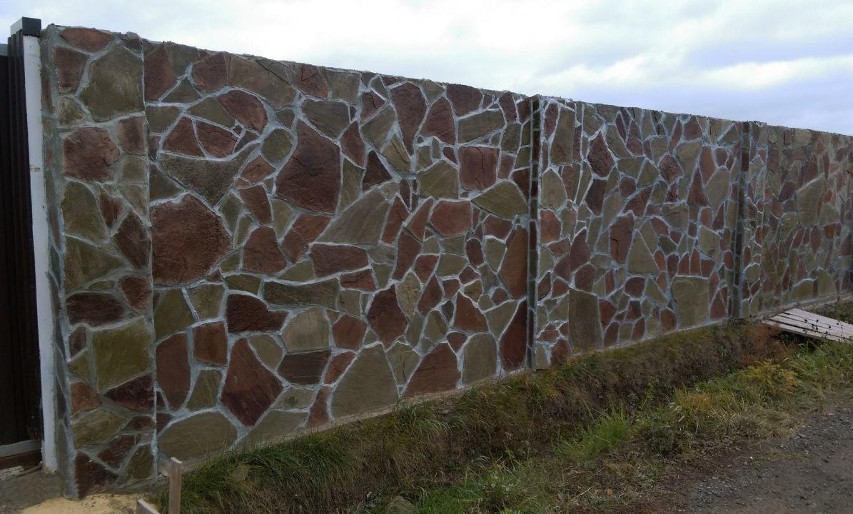 Забор из среднеколотого камня