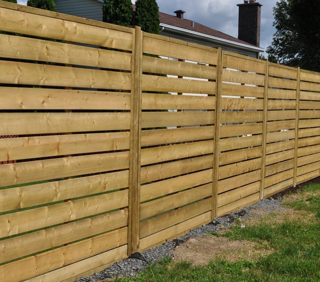 Забор для дачи из горизонтального штакетника