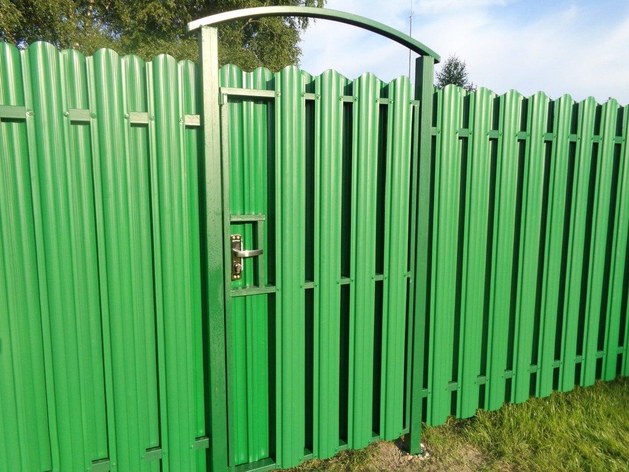 Забор для дачи из металлического штакетникаЗабор для дачи из металлического штакетника