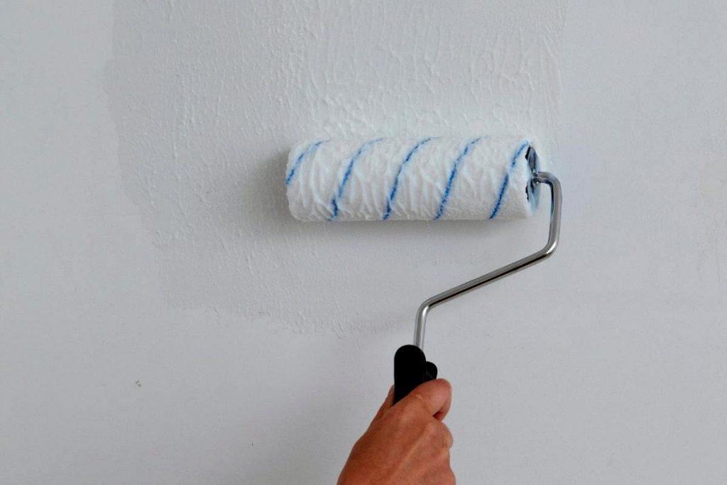 Нанесение грунтовки на стены перед шпаклеванием стен