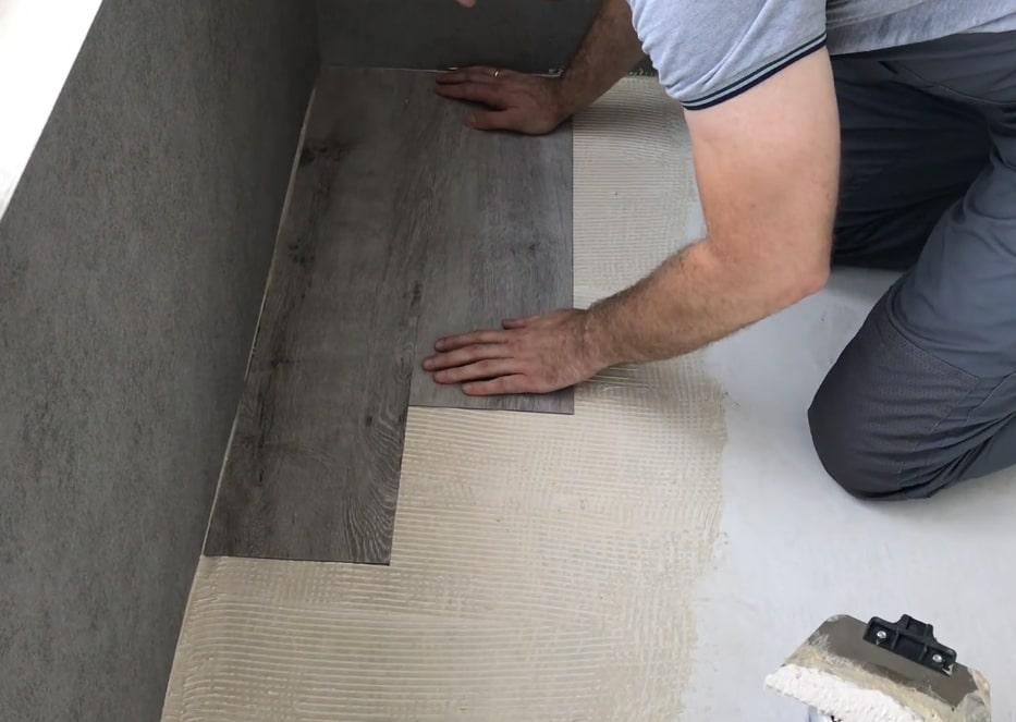 Отделка пола кварцвиниловой плиткой