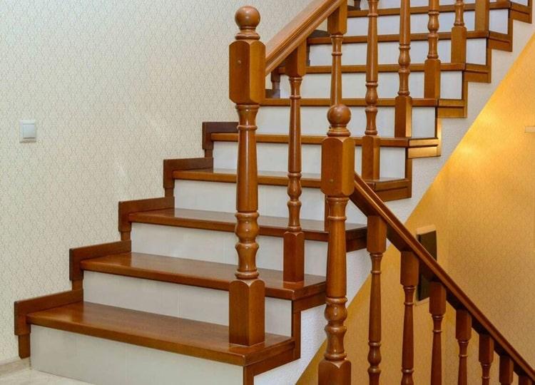 Покраска лестниц лаком на водной основе