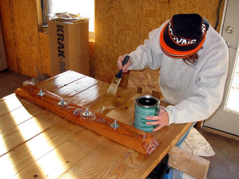 Нанесение лака на водной основе на деревянную поверхность