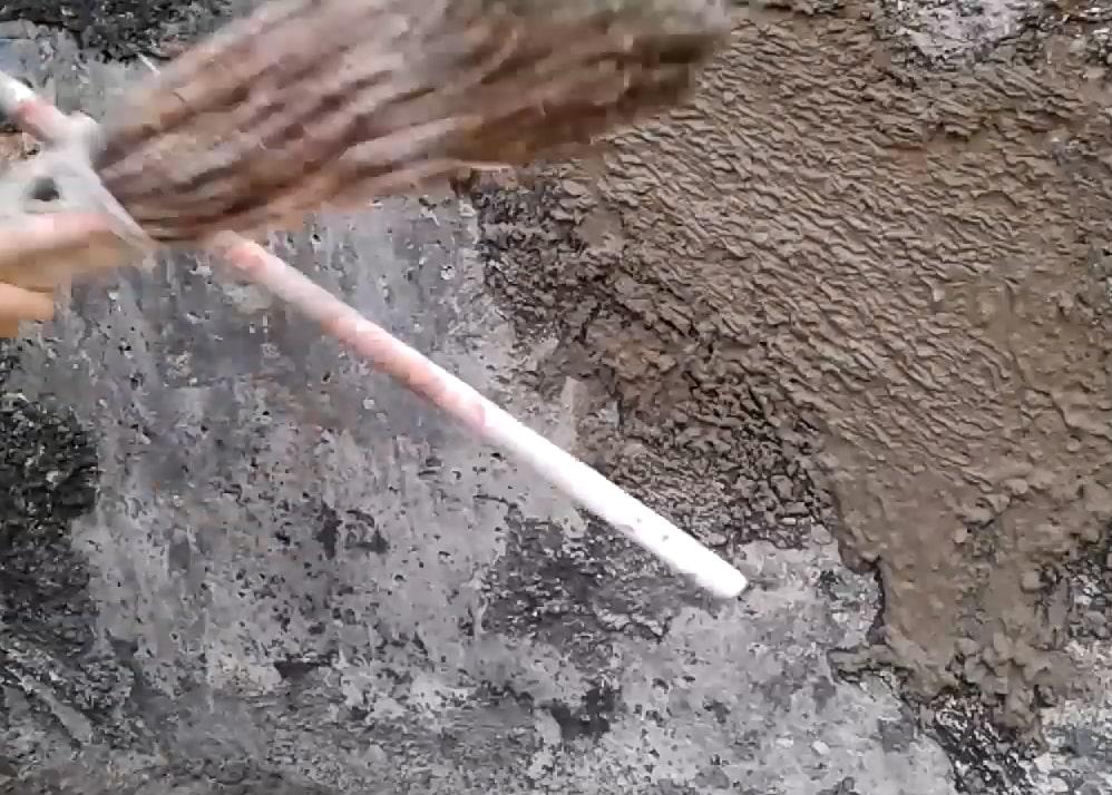 Нанесение штукатурки шубы веником
