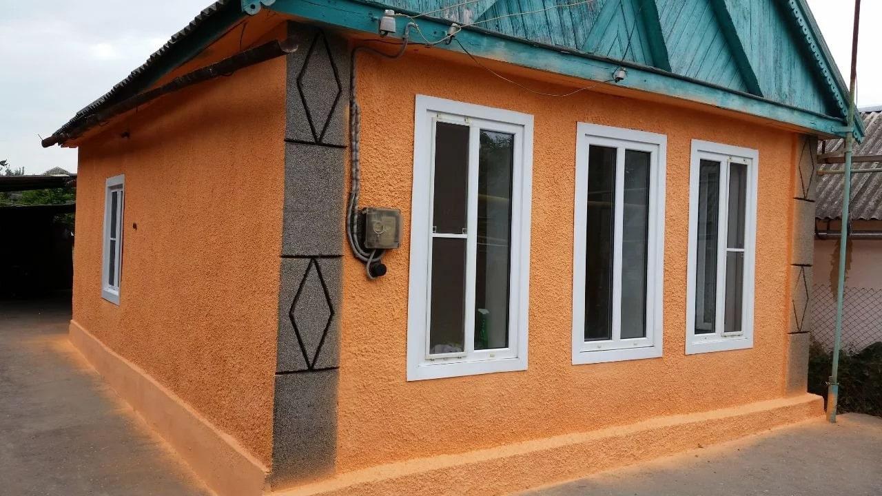 Фаса дома отделан штукатуркой шуба