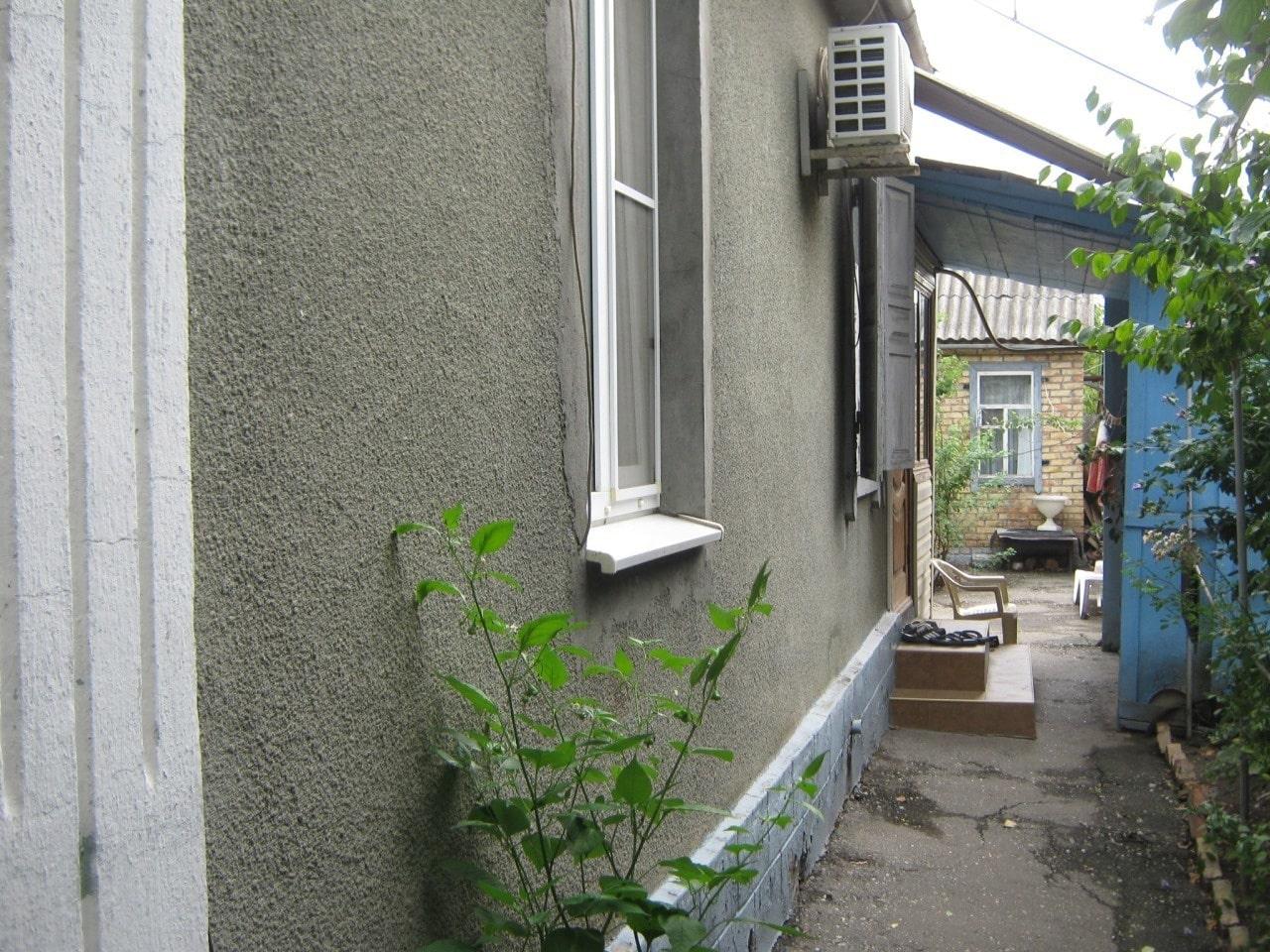 Фасад отделан штукатуркой шубой