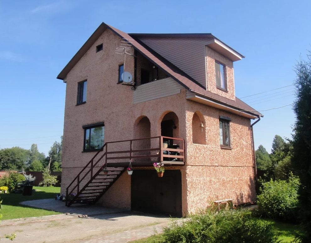 Дом отделан декоративной штукатуркой шуба