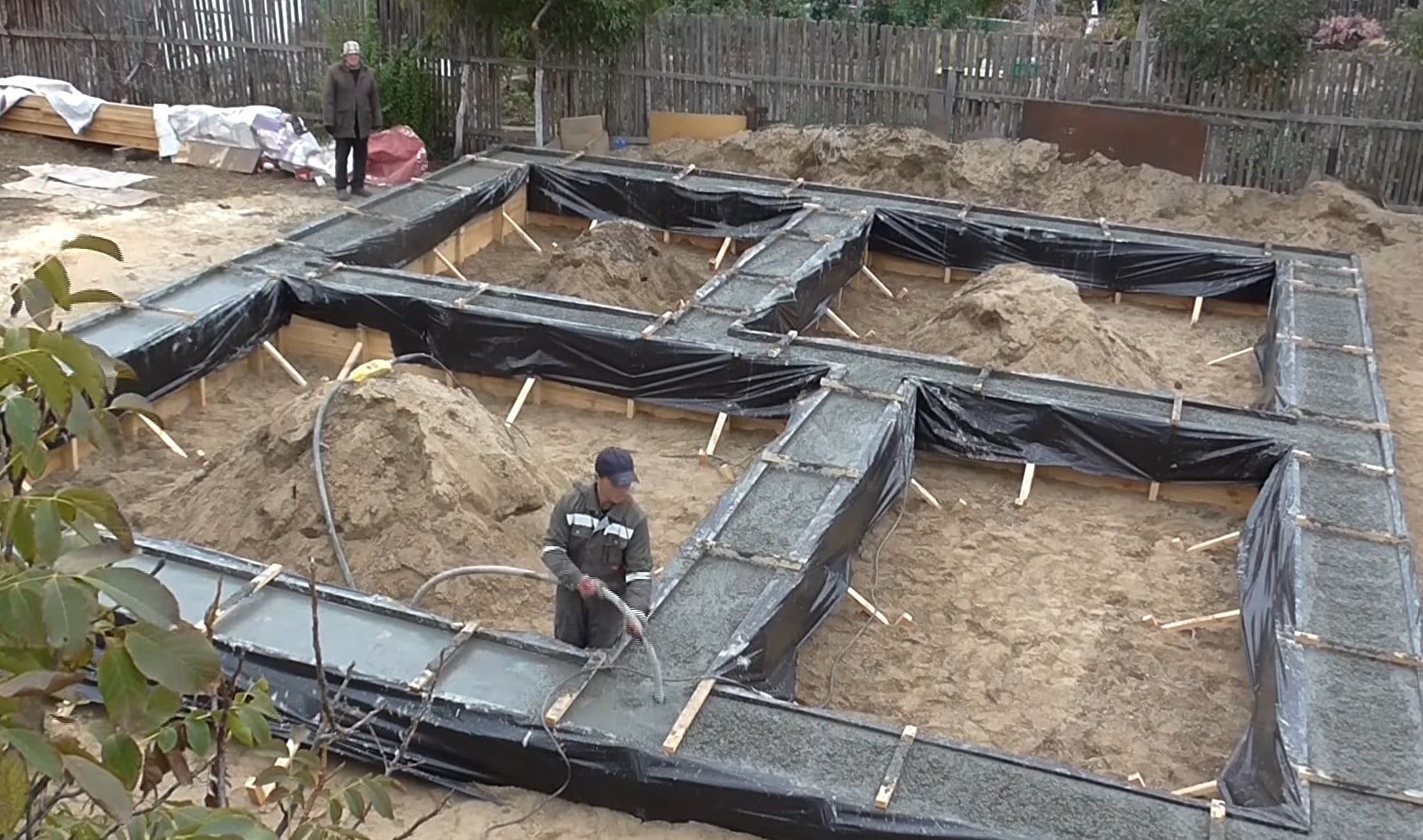 Заливка раствора для фундамента дома