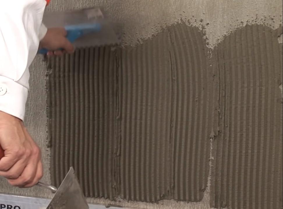 Укладка клеевого состава на стену