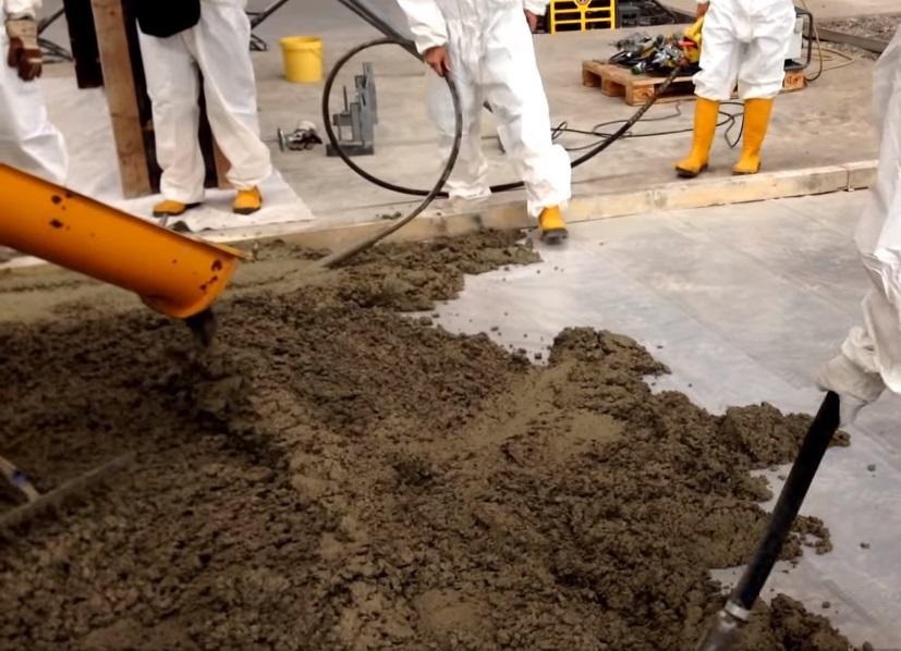 Заливка бетона автобетономешалкой