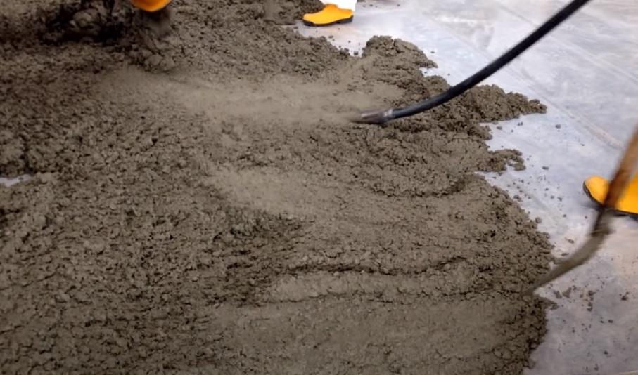 Распределение и уплотнение бетоны с помощью уплотнительного вибратора