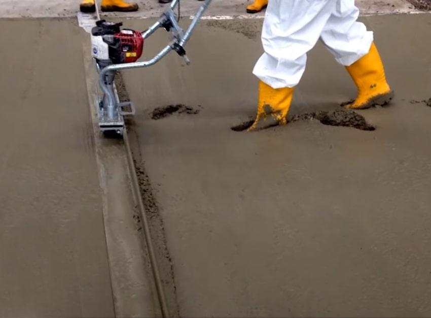 Разравнивание бетона виброрейкой