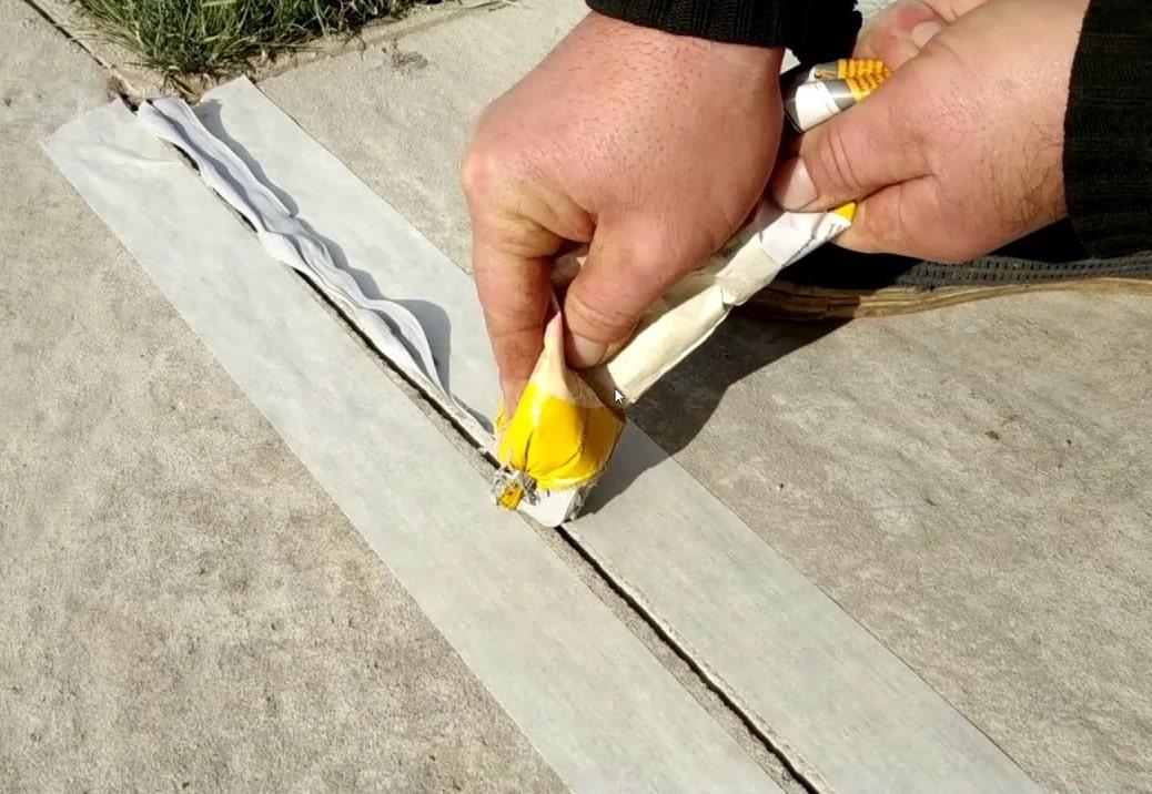 Замазывание швов бетонного пола